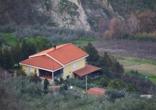 Einfamilienhaus zum Kauf in Atri mit Grundstück, Nebengebäude und Garage